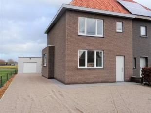 In Pittem huisvest deze prachtig gerenoveerde HALF OPEN BEBOUWING op een totale grondoppervlakte van 530m². De woning bestaat uit een inkom met t