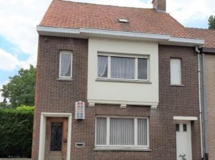 Ruime, te renoveren woning centraal gelegen te Moorsele omvattende op het GELIJKVLOERS: - inkomhal - living met tuinzicht - aparte keuken - ruime keld