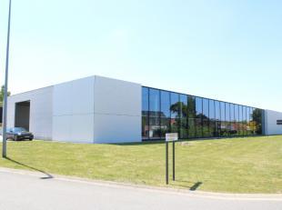 Modern en uiterst lichtrijk bedrijfsgebouw op een hoekperceel van 5000 m2. Bouwjaar 2010. Het gebouw heeft een bebouwde oppervlakte van een 1700 m2 (d
