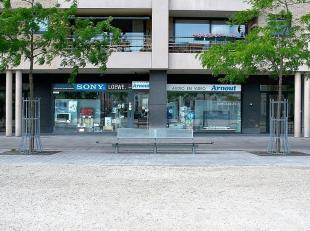 Indeling: Gelijkvloers (280 m²)Inkom via dubbele glazen deur, receptie / onthaal, winkelruimte, directiebureel, berging, sanitair, kitchenette to