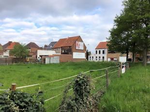 Stuk bouwgrond op 1.456 m² in woongebied/ ambachtelijke zone en KMO zone.Dit stuk grond heeft een zuid gerichte achtertuin. Langs de Harelbeekses