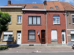 Aan de stadsrand en nabij de Leieboorden van Kortrijk, treffen wij deze degelijke rijwoning aan.Deze omvat:Inkomhal met toegang tot de woonkamer, keuk