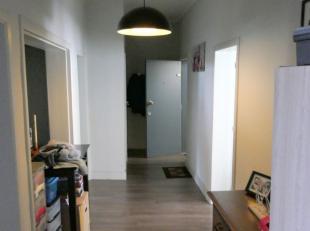 Op zoek naar een ruim en lichtrijk appartement nabij het bruisende centrum en de Leieboorden? Dit appartement omvat:Ruime inkomhal met bergruimte, gez