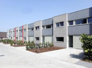 Deze moderne woning is rustig gelegen doch in de nabijheid van belangrijke invalswegen, scholen, openbaar vervoer, sport & zwembad, etc.Op het gel
