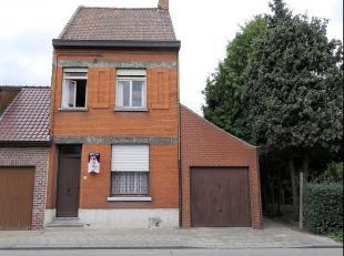 Deze te renoveren woning met potentieel omvat:Inkomhal, droge kelder, woonkamer met zithoek en eetplaats, voorzien van een gaskachel. Aansluitend keuk