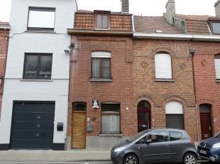 Aan de stadsrand tussen Kortrijk en Heule treffen we deze deels afgewerkte woning aan.Deze omvat:Inkomhal, eetkamer, keuken met frigo, gaskookplaat, o