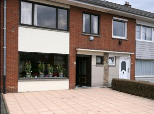 In een rustige woonwijk nabij het Van Raemdonckpark treffen we deze woning met potentieel aan.Deze bestaat uit:Inkomhal, toilet, kelder (deels onderke