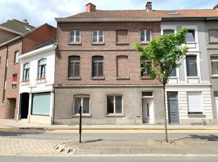 Op zoek naar een te renoveren burgerwoning met potentieel nabij het centrum?Achter deze brede gevel schuilt een renovatieproject, ideaal voor eigen be