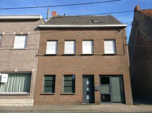 Cette maison étonnamment spacieuse se trouve au centre de Zwevegem, à quelques pas d'une école, d'une boulangerie, d'un supermarc