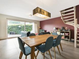 Deze moderne woning biedt u heel wat ruimte gevoel. De ruimte wordt optimaal benut met veel gevoel voor licht en comfort.Het gelijkvloers omvat een ap
