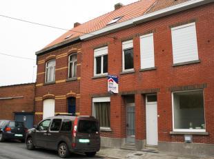 Cette maison mitoyenne à rénover est située à Stasegem (Harelbeke), près du centre de Zwevegem et à deux pas