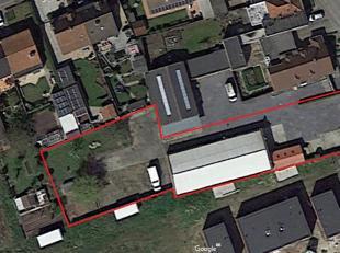 Ruim magazijn/loods (ongeveer 350 m² groot) met aparte showroom (30m²) en bouwgrond, vlotte bereikbaarheid van de E17. Het magazijn heeft ee