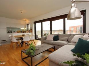 Dit appartement is gelegen in het centrum, vlakbij de K-in-Kortrijk. Het bevat een lichtrijke woonkamer met open ingerichte keuken. Vanuit de woonkame