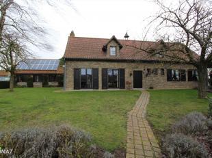 Deze gezellige woning is rustig en landelijk gelegen. Ze bestaat op het gelijkvloers uit een ruime woonkamer met houtcassette, uitgeruste keuken, zonn