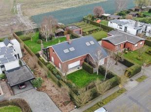 Alleenstaande villa op sublieme ligging te Moorsele, gelegen op een perceel van 1.069m² met mooie aangelegde tuin. Villa bestaande uit inkomhal,