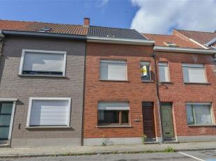 Beschrijving: Rustig gelegen rijwoning te Wevelgem.<br /> Rijwoning met tuin, omvattende: Kelderverdieping: één bergruimte; Gelijkvloers