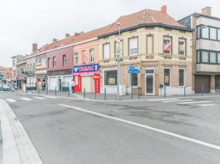 Het pand bevindt zich in de meest commerciele straat van Menen en er is aanpalend een grote parking .