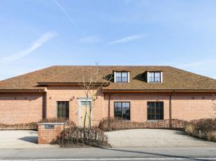 Deze landelijke villa gelegen in Roeselare op 1km van de autosnelweg met een bewoonbare oppervlakte van ca. 855 m² werd gebouwd in 2016. Via de i