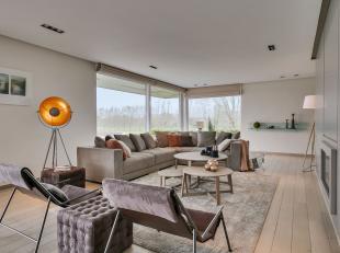 Deze villa ontworpen door architecten Buro II is rustig gelegen en toch nabij de oprit en afrit. In de woning geniet je van een prachtig verzicht, de