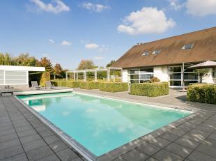 Moderne villa met perfecte oriëntatie, gelegen op een perceel van 2.477m². In de inkomhal is er een apart toilet en vestiaire. De L-vormige
