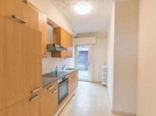 Opbrengst eigendom te koop bestaande uit 2 appartementen. Het gelijkvloerse appartement is zo goed als volledig vernieuwd. Inkom, gezellige living, re