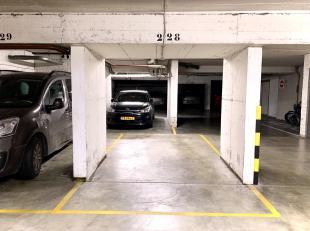 BRUXELLES, au coin du square AMBIORIX et de la rue ARCHIMEDE : spacieux emplacement de parking. Situé au rez-de-chaussée, il offre une s