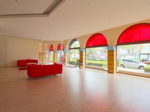 WOLUWE-SAINT-PIERRE, à 50 mètres de la place Dumon et du métro Stockel : .beau local commercial de 175m². Celui-ci se compos
