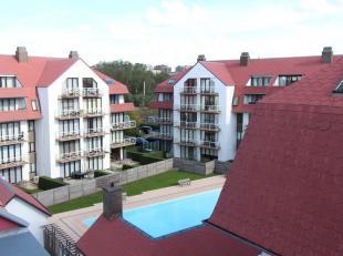 Dit ruim appartement biedt u: inkomhal met afzonderlijk toilet & vestiaire; 1 slaapkamer met bering; 1 héél grote slaapkamer; living