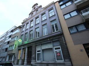 Uitermate ruim, gelijkvloers, onbemeubeld appartement met 1 slaapkamer te huur in hartje Oostende. Gelegen aan het verkeersvrije Vissersplein en aan d