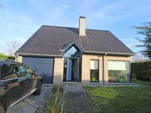 Villa Prins Boudewijnstraat 1 - Verzorgde villa gelegen te Oostduinkerke-Dorp. Indeling: op het gelijkvloers: inkomhal met toilet, aangename woonkamer