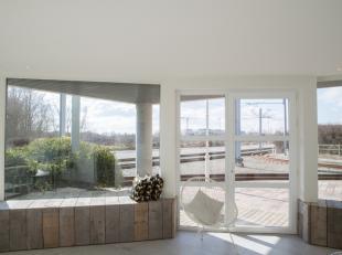 Subliem gerenoveerd gelijkvloers appartement van 100 m²<br /> Ruime inkom met toilet en vestiaire<br /> 2 ruime kamers (eventueel wachtzaal en pr
