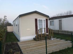 Instapklare, degelijke vakantiecaravan met grond en parking in volle eigendom.<br /> De bungalow bestaat uit: leefruimte met open ingerichte keuken -