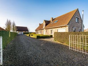 Landelijk gelegen woning met bijgebouw, vlakbij de Blanckaert.<br /> De woning bestaat uit:<br /> Gelijkvloers: inkomhal met gastentoilet - ruime lich
