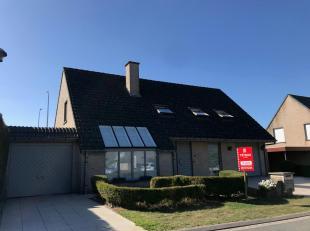 Centraal gelegen, alleenstaande woning met zonnige tuin op een boogscheut van het centrum van Poperinge.<br /> De woning bestaat uit:<br /> Gelijkvloe