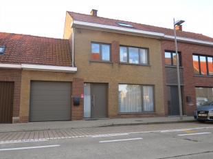 Centraal gelegen, statige gezinswoning met garage.<br /> De woning bestaat uit:<br /> Gelijkvloers: inkomhal met gastentoilet - ruime lichtrijke leefr
