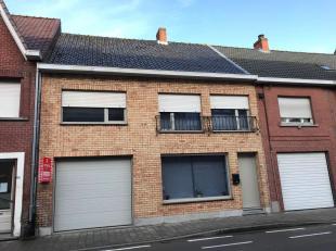 Verrassend ruime woning met grote garage in Centrum Houthulst.<br /> De woning bestaat uit:<br /> Gelijkvloers: 2 leefruimten - ingerichte keuken - ru