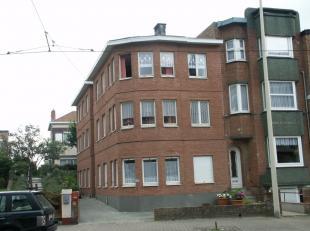 APPARTEMENT TE KOOP DE PANNE : Kleinschalige residentie op slechts 50 m van zee. Geen syndic. Woonkamer, keuken, 2 kamers, toilet en badkamer.