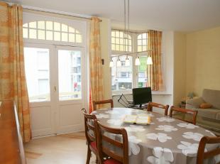APPARTEMENT TE KOOP TE DE PANNE : Duplex gelegen in het hartje van De Panne. Ruime woonkamer met balkon en ingerichte keuken, bergingen en op de verdi