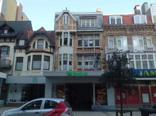 Mooi en goed onderhouden appartement met 1 slaapkamer op 2e verdiep.<br /> Midden in de winkelstraat van De Panne, vlakbij de markt en het openbaar ve
