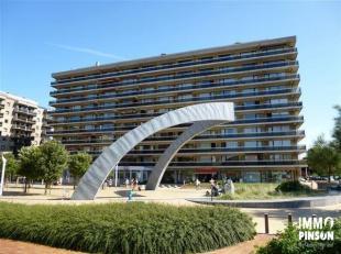 Op te frissen en zongericht appartement met zijdelings zeezicht en 2 terrassen gelegen aan de Esplanade. Het appartement bestaat uit een ruime inkomha