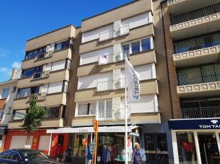 Nieuwpoort-Bad : ruim woonappartement met twee slaapkamers !Indeling: inkomhall, grote living met balkon, nieuwe ingerichte keuken, badkamer, toilet,