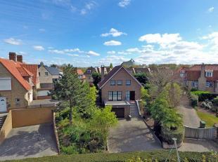 Ruime, zonnige villa gelegen in een rustige villawijk dichtbij centrum;Indeling: inkom, wc, living met toegang tot 2 terrassen, keuken; 1e: 3 ruime sl