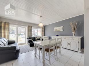 Koksijde-Bad : ruim appartement op 100 meter van het strand !Indeling: inkomhall, grote living, ingerichte open keuken, douchekamer, gastentoilet, twe