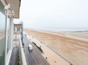 Zeer ruim appartement met panoramisch frontaal zeezicht !Indeling: inkomhall, grote living met balkon, ingerichte keuken, badkamer, gastentoilet, twee