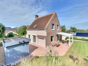Instapklare villa met vier slaapkamers te OostduinkerkeIndeling: Inkom met traphal en vestiaire, leefruimte met open ingerichte keuken en eethoek, rui
