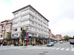 Koksijde-Bad : ruime studio, zonnekant !Indeling: inkomhall, grote living met balkon, ingerichte keuken, badkamer en kelder.Troeven: Zeer centrale lig