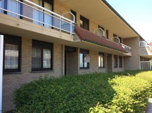 Sint-Idesbald : gelijkvloers appartement met groot zonneterras en tuin !Indeling: inkomhall, living, ingerichte open keuken, badkamer, afzonderlijk to