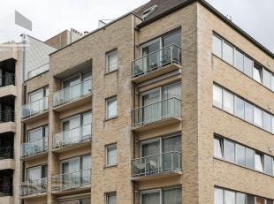 Sint-Idesbald : modern duplexappartement met een prachtig zicht !Indeling: inkomhall, ruime living, ingerichte keuken, twee bergingen, douchekamer, ga