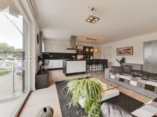 Koksijde-Bad : recent luxe appartement. Zeer centrale ligging !Indeling: inkomhall, ruime living, ingerichte open keuken, berging, gastentoilet, &eacu