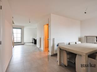 Nieuwbouw : groot duplexappartement. Uitstekend gelegen aan de rand van het commerciële centrum ! Inkomhall, ruime living met twee terrassen. Gro